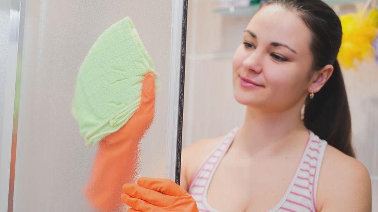 como limpiar la mampara de cristal del baño