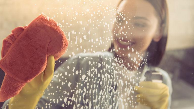 como limpiar la mampara del baño de plastico
