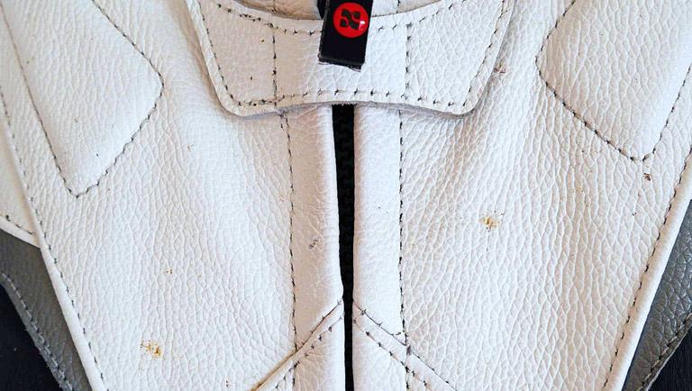 como limpiar una chaqueta de cuero blanco en casa