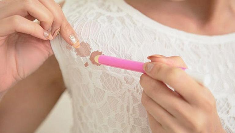 como quitar las manchas de maquillaje de la ropa
