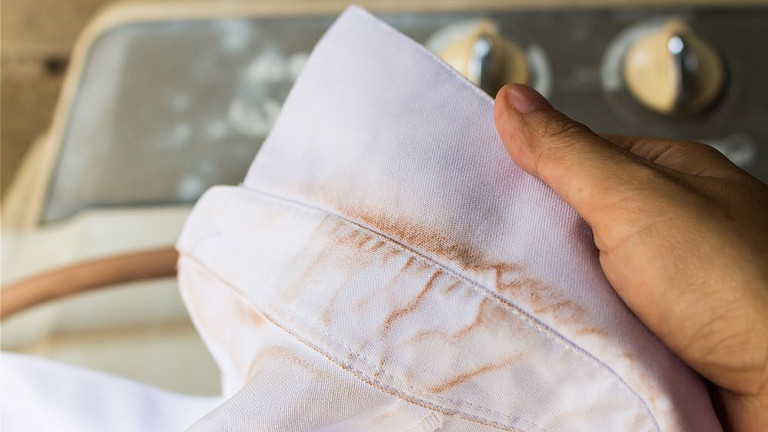 Como quitar manchas amarillas de la ropa