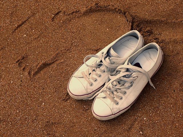 Limpiar zapatillas blancas lavaplatos