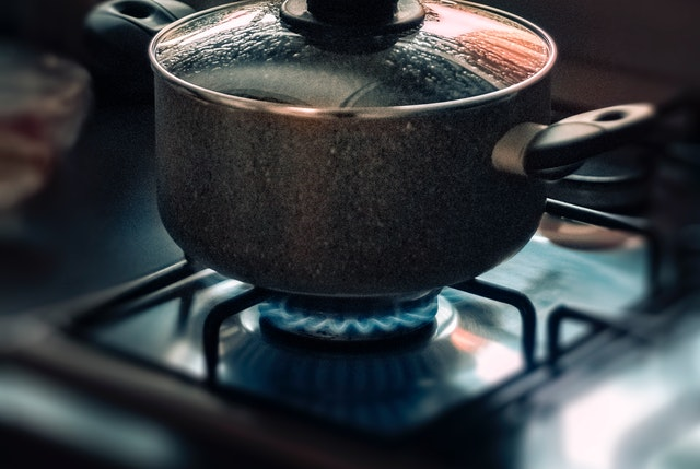 Agua destilada para hacer tu propio jabón para platos