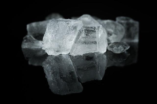 Aflojar cera con cubos de hielo