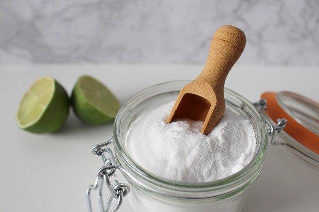 Bicarbonato y vinagre para manchas de fresa
