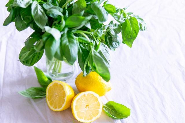 Quitar manchas de fresa secas con limón
