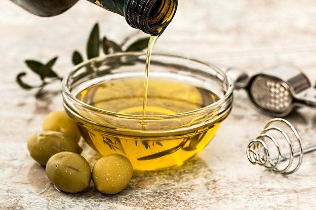Quitar manchas de resina con aceite de oliva