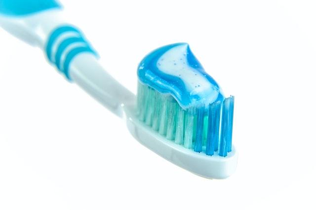 Eliminar manchas de hierba con pasta dental