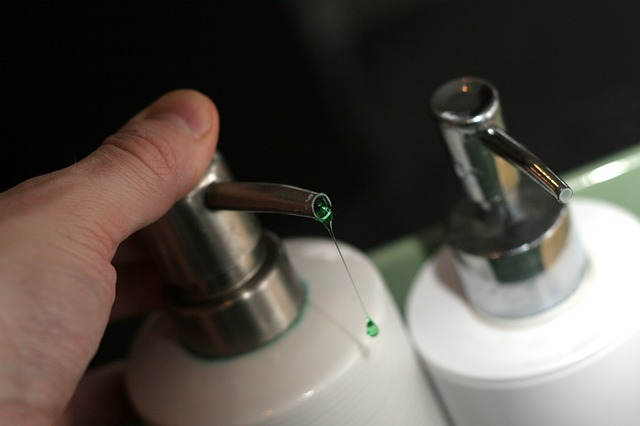 Eliminar manchas de maquillaje con jabón anti-grasa