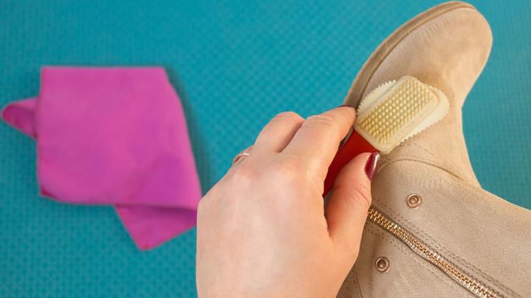 Formas de limpiar zapatos de gamuza