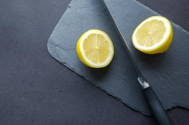 Limón para quitar una mancha de frambuesa