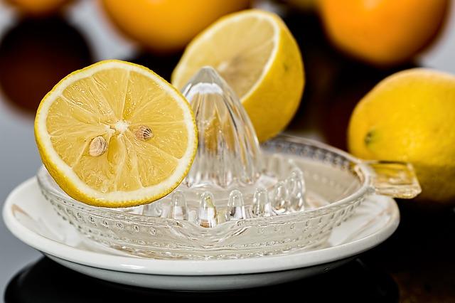 Quitar manchas de hierba con zumo de limón