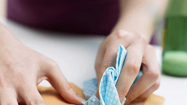 como quitar manchas de cera en la ropa