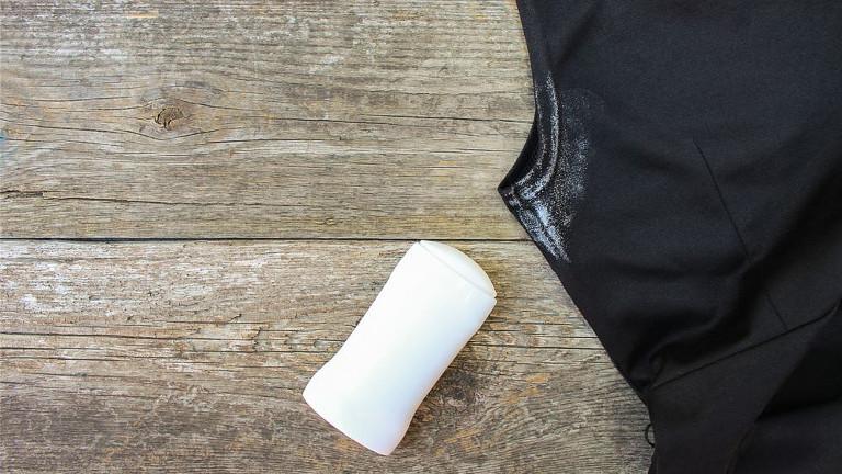 quitar una mancha de desodorante